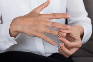 cách khắc phục đeo nhẫn bị rộng