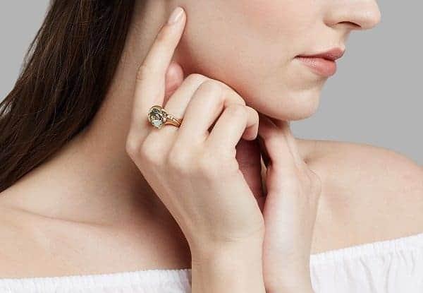 nữ đeo nhẫn ngón giữa có ý nghĩa gì