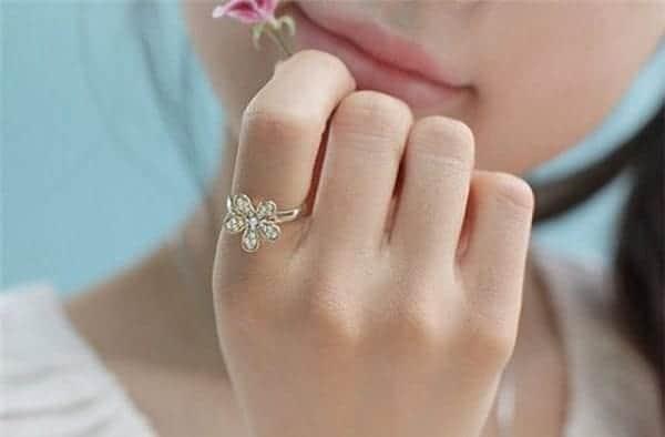 nữ đeo nhẫn ngón trỏ có ý nghĩa gì