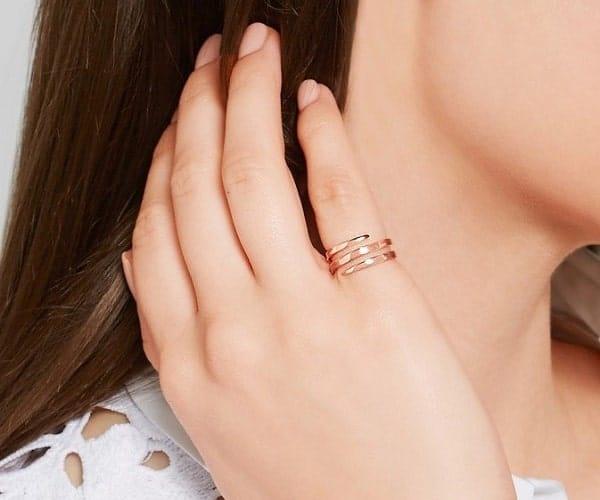 nữ đeo nhẫn ngón áp út có ý nghĩa gì
